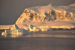 在日落的南极洲山 免版税库存照片