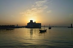 在日落的卡塔尔多哈伊斯兰教的博物馆大厦 免版税库存照片