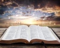 在日落的发光的圣经 免版税库存照片