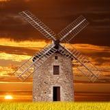 在日落的古老风车 免版税库存照片