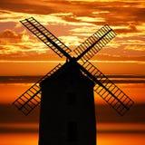 在日落的古老风车 库存图片