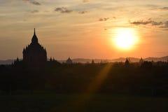 在日落的古老Bagan寺庙,曼德勒,缅甸 免版税库存照片