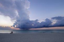 在日落的古巴海滩 免版税库存图片