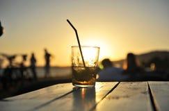 在日落的古巴mojito在海滩酒吧 免版税库存照片