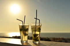 在日落的古巴mojitos在海滩酒吧 库存图片