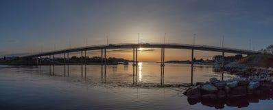 在日落的另一座桥梁在斯塔万格, hafrsfjord在全景 图库摄影