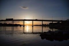 在日落的另一座桥梁在斯塔万格, hafrsfjord 免版税图库摄影