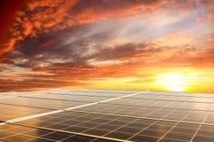 在日落的可再造能源太阳电池板 免版税图库摄影