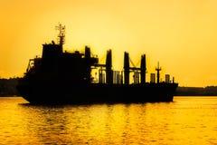 在日落的商业货船 图库摄影