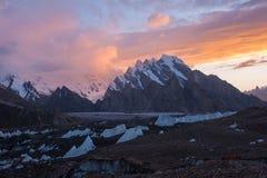 在日落的喀喇昆仑山脉范围,北巴基斯坦 库存照片