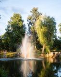 在日落的喷泉与彩虹 免版税图库摄影