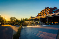 在日落的喷泉在江边在乔治城,华盛顿, 免版税图库摄影