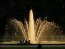 在日落的喷泉 免版税库存图片