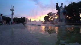 在日落的喷泉timelapse 美好的橙色日落 股票视频