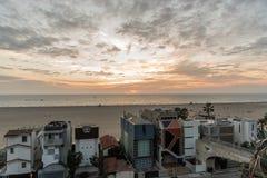 在日落的圣塔蒙尼卡海滩在冬天 免版税库存图片