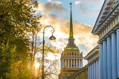 在日落的圣彼得堡海军部大厦 免版税库存图片