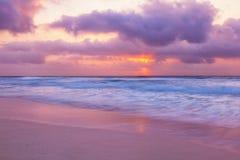 在日落的坎昆海滩 免版税库存图片