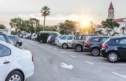 在日落的城市停车处 库存图片
