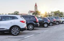 在日落的城市停车处 免版税库存图片