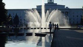 在日落的城市喷泉 纳尔奇克 库存照片