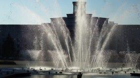 在日落的城市喷泉 库存照片