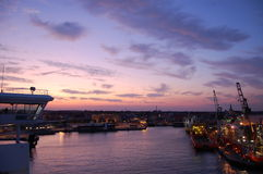 在日落的城市港口 免版税库存照片