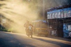 在日落的城市街道在印度 免版税图库摄影