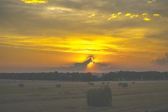在日落的域 干草堆 库存照片