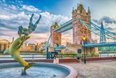 在日落的塔桥梁与喷泉和城市地平线-伦敦, 库存照片