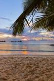 在日落的塞舌尔群岛热带海滩 免版税库存图片