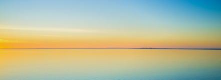 在日落的壮观的平静的水在Mornington半岛 库存图片