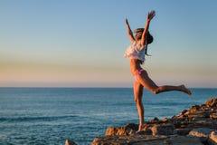 在日落的夏天在蓝天的喜悦或日出 库存照片