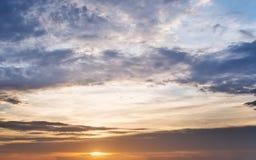 在日落的夏天天空 免版税库存照片
