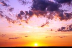 在日落的多云天空。 库存图片