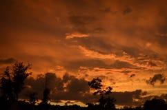 在日落的多云橙色天空 库存图片