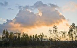 在日落的大云彩 库存图片