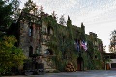 在日落的大别墅Montelena 免版税库存照片