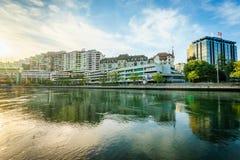 在日落的大厦在中央日内瓦,瑞士 库存照片