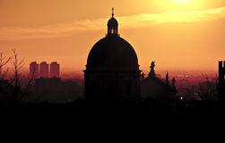 在日落的大教堂剪影,布雷西亚,意大利 图库摄影