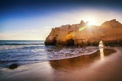 在日落的大西洋海岸,阿尔加威,葡萄牙 惊人的美好的风景 免版税库存照片