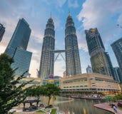 在日落的天然碱TwinTowers,吉隆坡,马来西亚 库存照片
