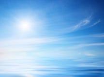 在日落的天空背景。 免版税库存图片