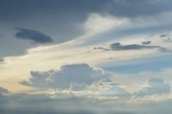 在日落的天空背景 免版税库存图片