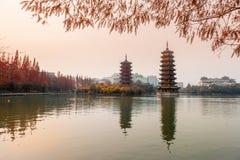 在日落的太阳月亮塔,桂林 库存图片