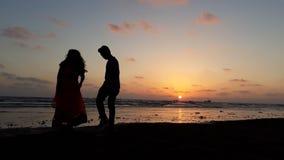 在日落的夫妇 免版税库存照片