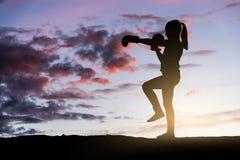 在日落的女孩拳击 免版税库存照片