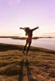 在日落的女孩跳舞 免版税库存照片