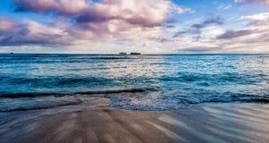 在日落的威基基海滩 免版税库存照片