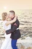 在日落的婚姻的亲吻 库存照片