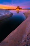 在日落的孤立岩石海滩 免版税库存图片